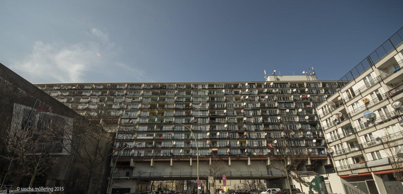 Der Sozialpalast in seiner ganzen Pracht, Blick entlang der Pallasstraße, links im Bild der Hochbunker.