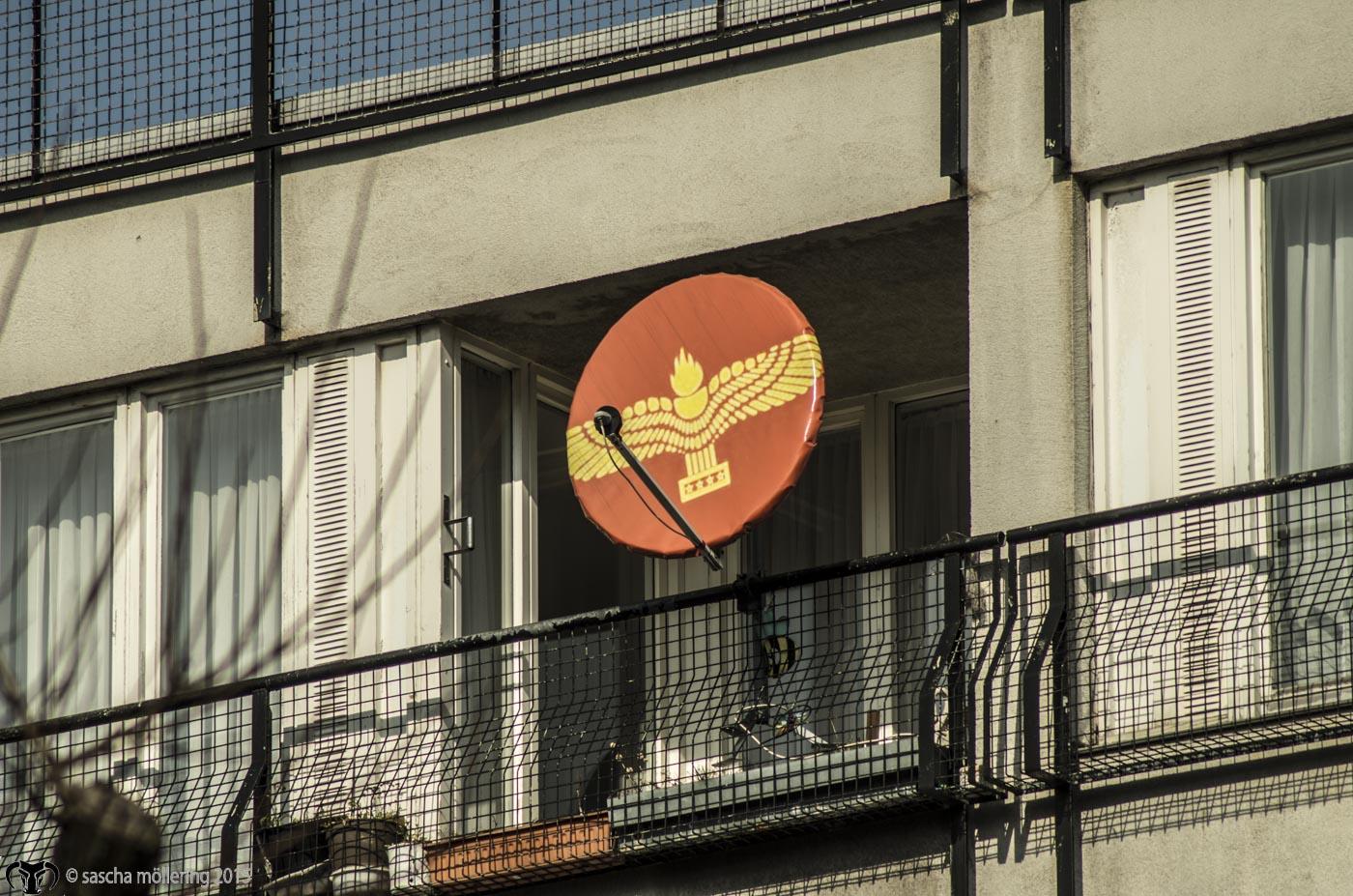 Bis heute für uns ungelöst ist die Frage, was dies für ein Emblem ist, wir vermuten ein Fussballverein, Wisst Ihr's?