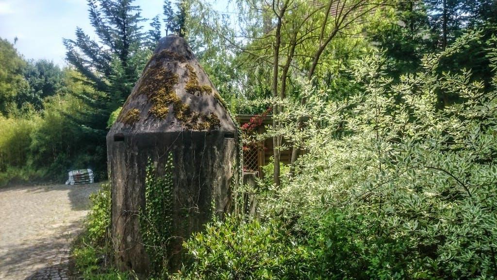 Sieht aus wie das Dach eines kleinen Bunkers, leider war niemand i Garten oder Haus der uns hätte aufklären können. Allerdings haben häufiger bemerkt, dass z.B. die Pfähle des Signalzauns nun den privaten Gartenzaun stützt.