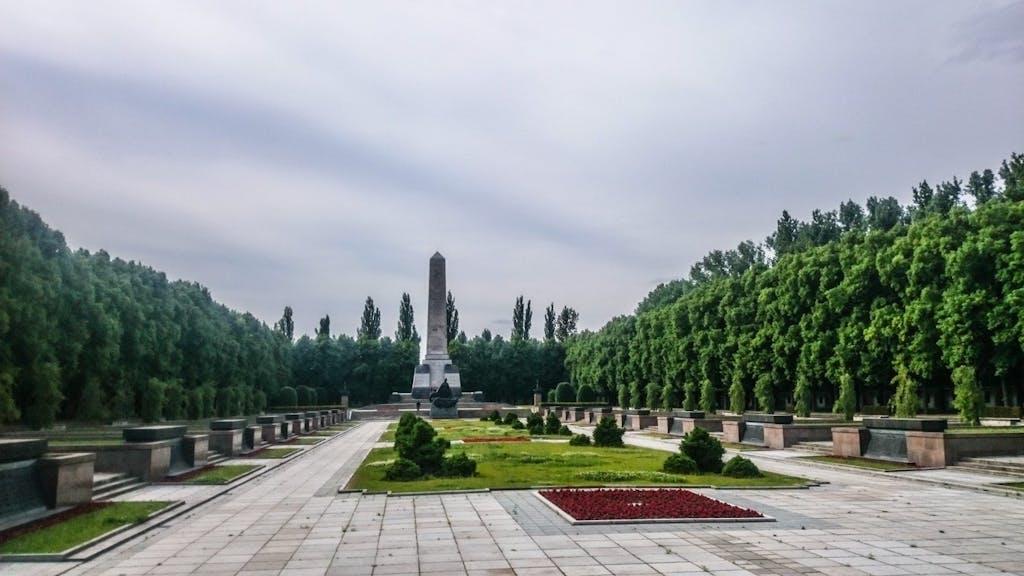 Sowjetisches Ehrenmal in der Schönholzer Heide. Zwei weitere Soldatenfriedhöfe ähnlicher Art gibt es an der Straße des 17. Juni und im Treptower PArk.