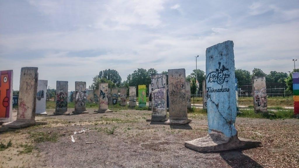 Mauerreste auf einem Privatgrundstück in Berlin Teltow-