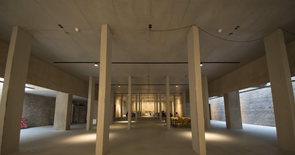 Der Ahuptraum des ehemaligen Gotteshauses beherrbergt heute u.a. die Arbeitsplätze der Galerie Johann König.