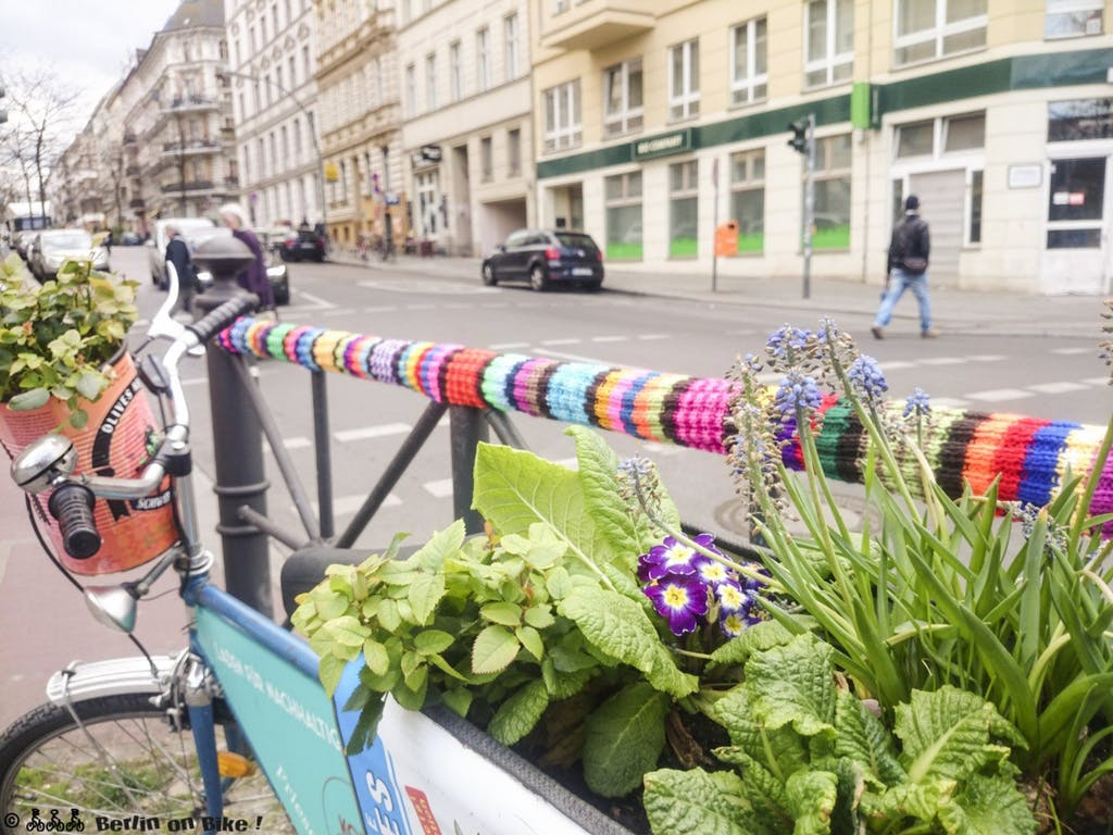 Urban knitting/yarnbomb Bergmannstraße Ecke Zossener an Marheinekehalle in Kreuzberg61