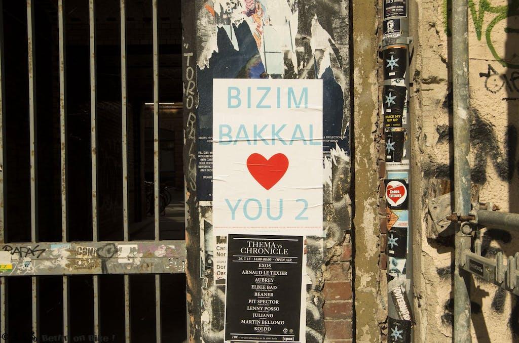 Auch Oliver Rednitz mischt sich mit seiner Streetart-Plakat-Serie (die normalerweise eher auf die Religion zielt, mit Sprüchen wie Jesus/Buddha/Allah loves you) in den aktuell schwelenden Konflikt rund um den Gemüseladen Bizim Bakkal in der Wrangelstraße.
