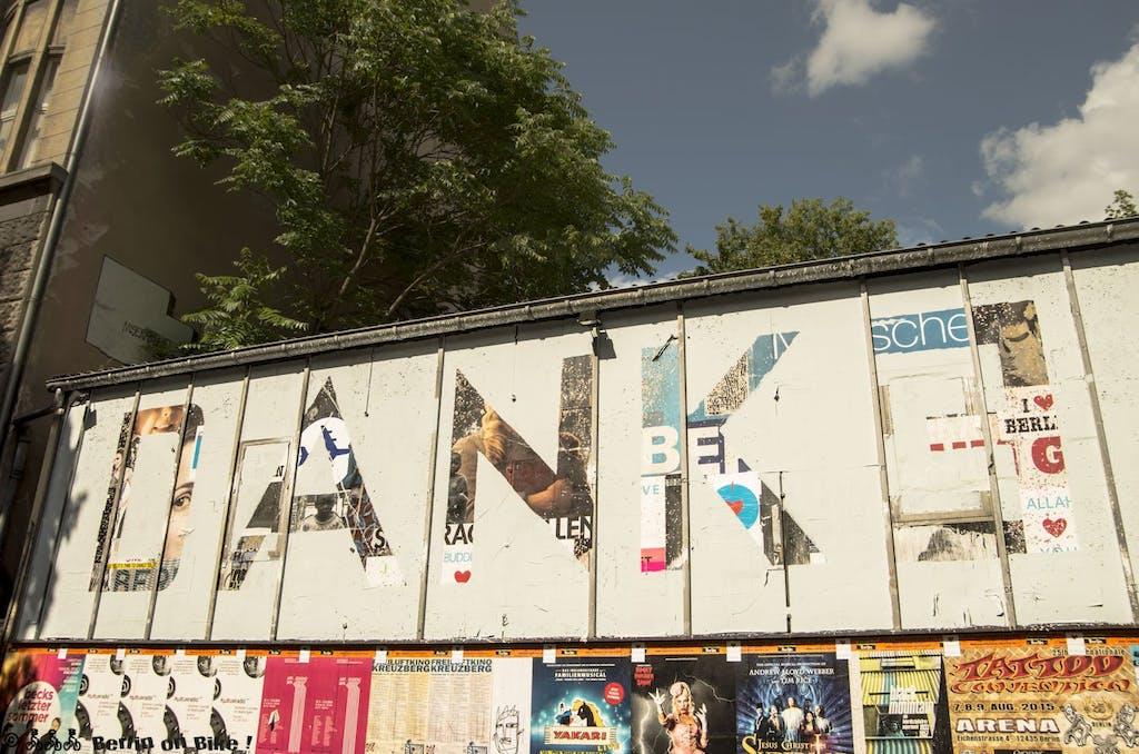 """""""Danke"""" Das zweite Wort daneben wird dann """"Sterben"""", mit der Aktion möchte der Künstler auf das """"Sterben des Kiezes"""" hinweisen, dass die Gegend um das Schlesische Tor in Kreuzberg seiner Meinung nach bedroht."""