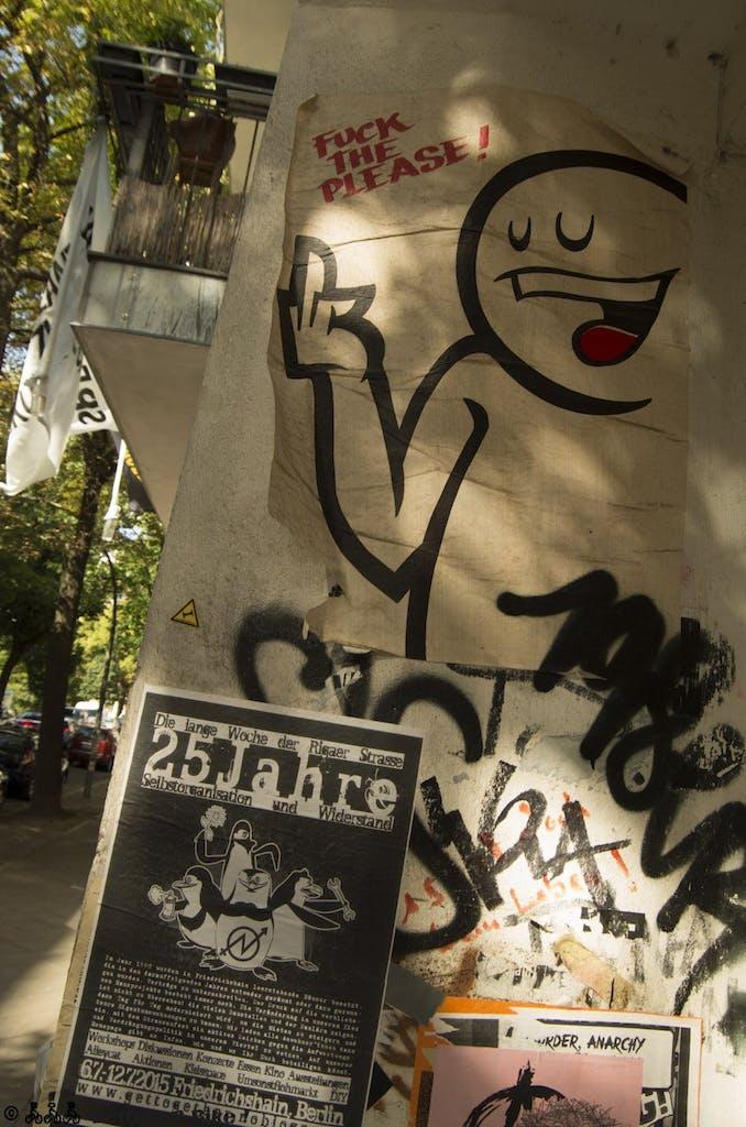 """Gold but old. """"Fuck the Please"""" von """"Mein lieber Prost"""" ist einer der Helden der Berliner Szene, auch wenn es in letzter Zeit relativ wenig Neues auf der Straße (dafür viel in Gallerien) von ihm zu sehen gab. Dieses Pasteup aus einem Friedrichshainer Hauseingang hängt hanz offensichtlich auch schon eine Weile."""