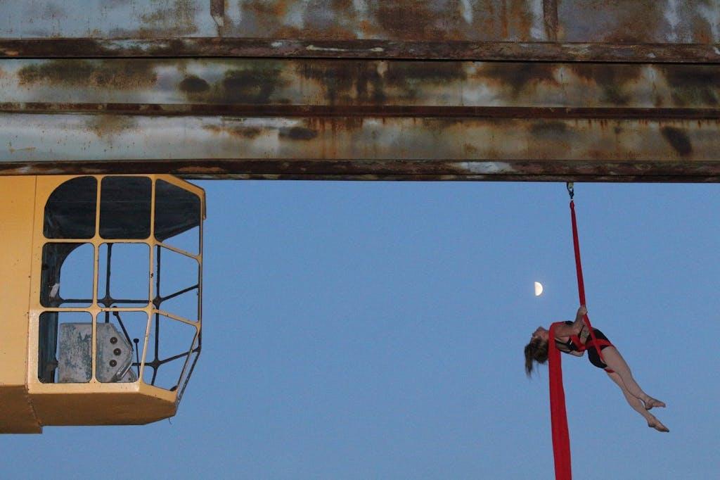 Akrobatische Darbietung am Kran - Industriesalon Schöneweide