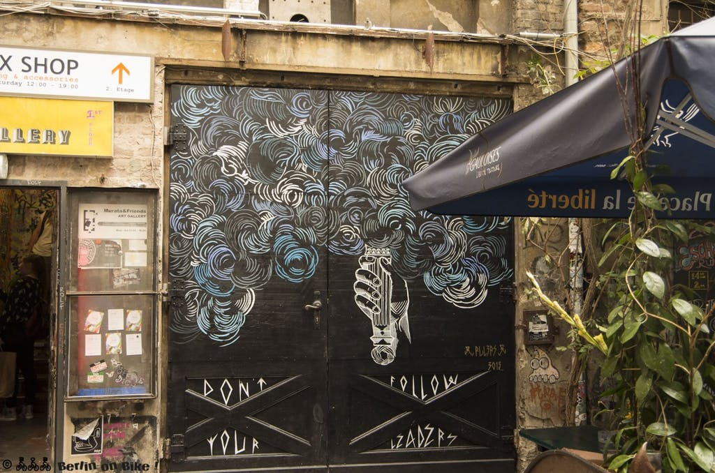 street-art-berlin-haus-schwarzenberg-2015-9164