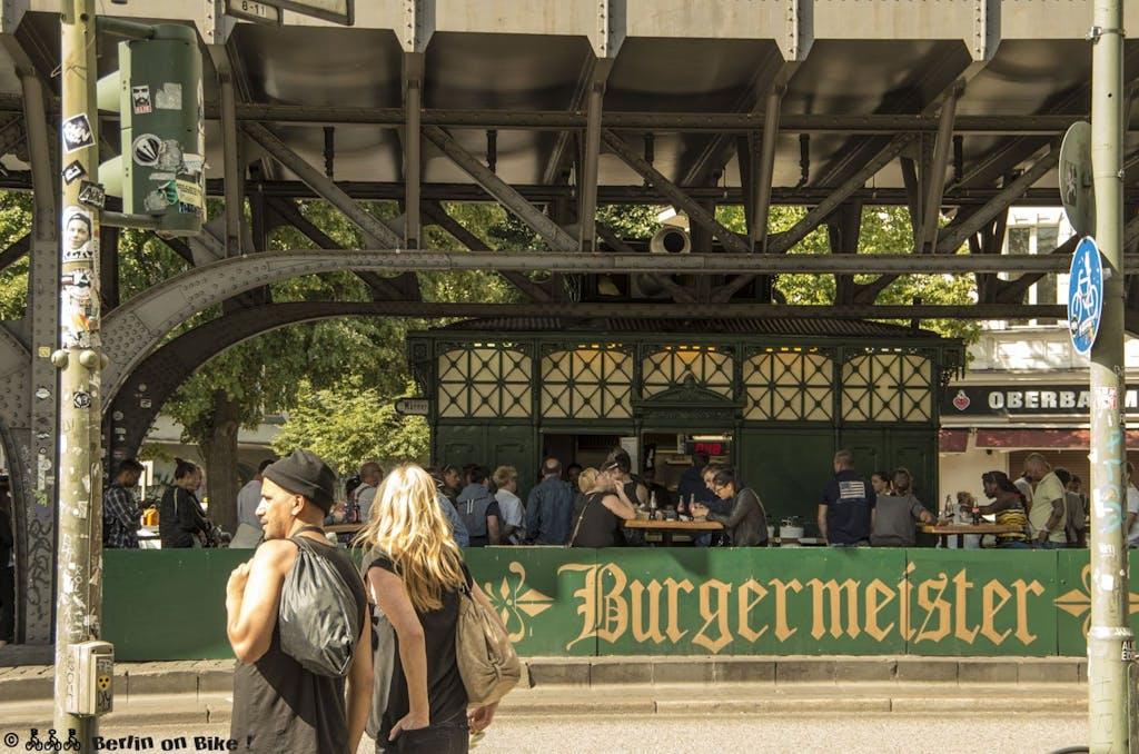 Kein Achteck sondern rechteckig, dafür heute Heimat eines der beliebtesten Burgerläden Berlins. Ehemaliges Toilettenhäuschen unter der Hochbahn am Schlesischen Tor.
