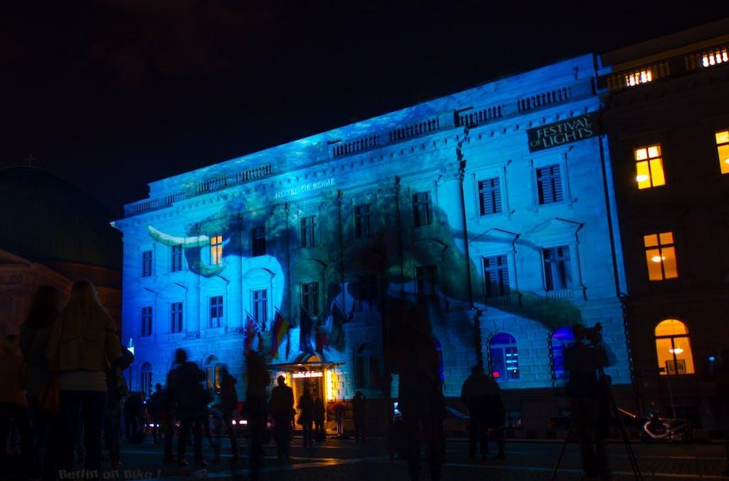 Fahrradtour zum Festival of Lights in Berlin 2014, blauer Elefant am Bebelplatz.
