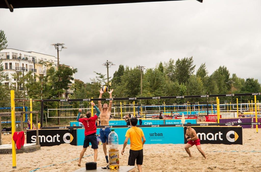Beach-Volleyballer bei BeachMitte