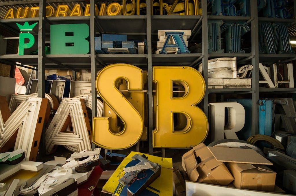Gut durchgemischt; Sammlung einzelner Buchstaben warten auf Reparatur/Retauration