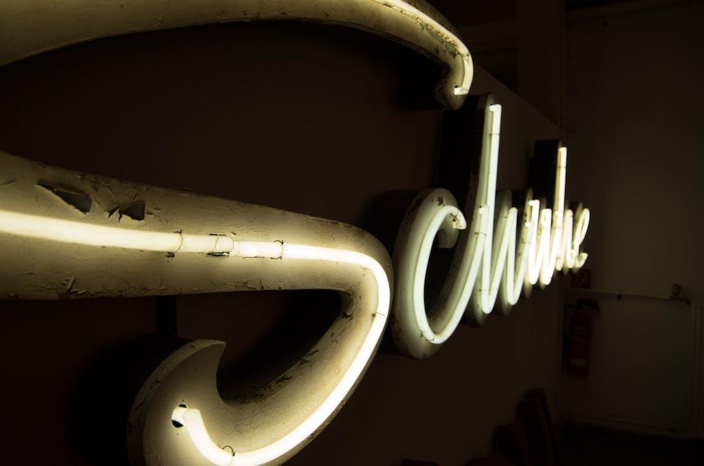 Neonreklame eines Schuhgeschäftes aus dem Buchstabenmuseum