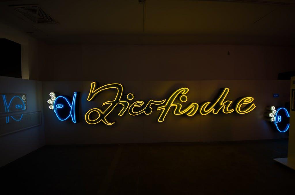Leuchtreklame für Zierfische, ursprünglich aus Karl-Marx-Allee, abgebaut und gerettet vom Buchstabenmuseum 2009.