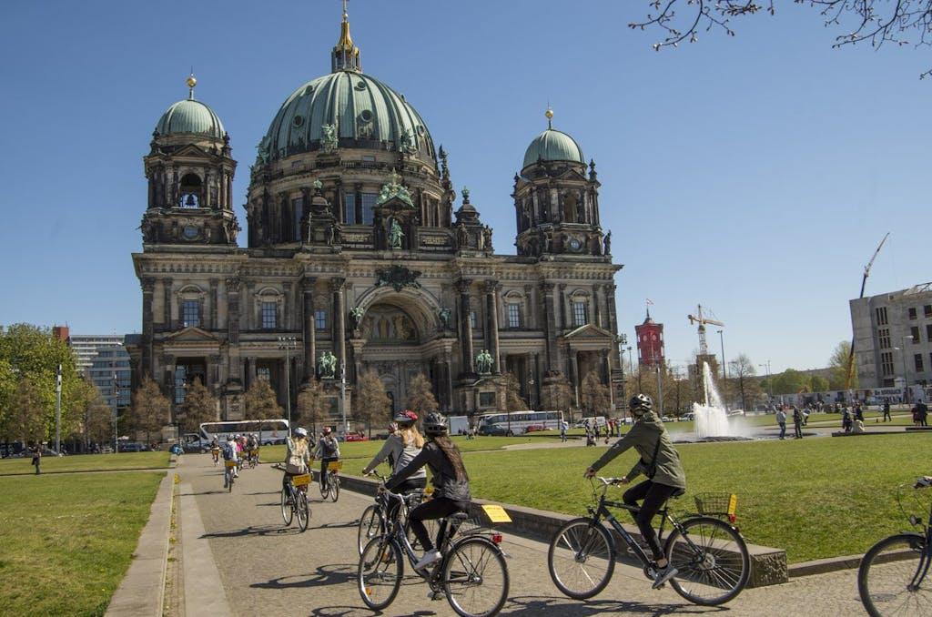 Ein guter Startpunkt für unsere Radtour von der Hauptstadt an die Ostseeküste ist der Lustgarten am Berliner Dom.