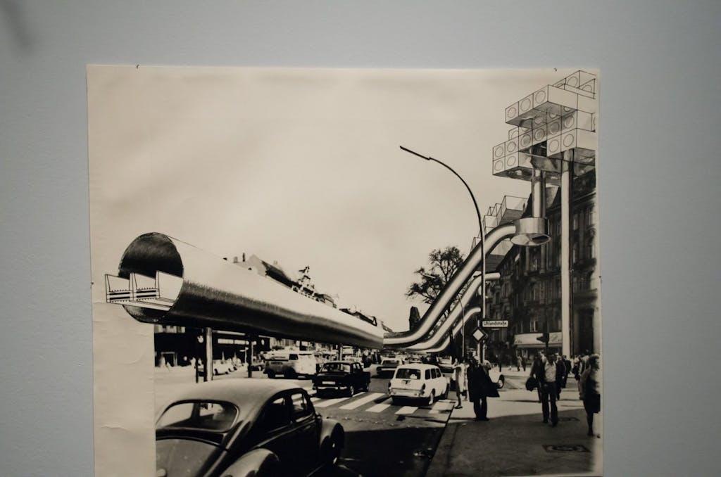 Eine wahre Verkehrsrevolution wäre dieses Konzept gewesen. Rollbänder, wie heute an Flughäfen üblich sollten die Berliner mit 16 km/h durch die Stadt transportieren. Wie man bei dem Tempo ein- und aussteigen sollte, bleibt ein Rätsel.