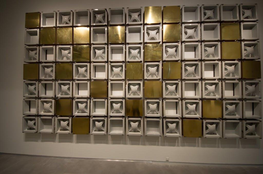 Dieser wunderbare Ensemble aus schweren FLiesen und Kupferplatten zierte einst das Hertie-Kaufhaus in Neukölln.