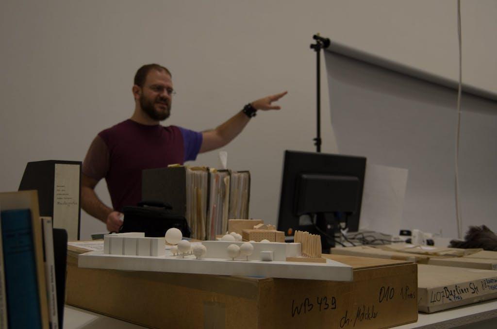 Dieser junge Mann kümmert sich in der Berlinischen Galerie um die Archivierung und Dokumentierung der Architekturmodelle.