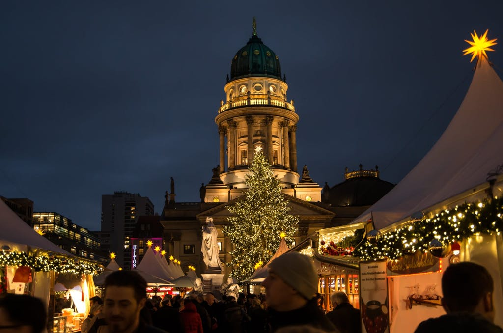 Weihnachtsmarkt am Gendarmenmarkt mit Deutschem Dom