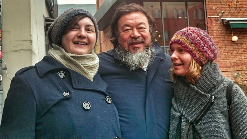 Judith und Carmen aus dem Büro von Berlin on Bike nehmen Ai Weiwei in ihre Mitte.