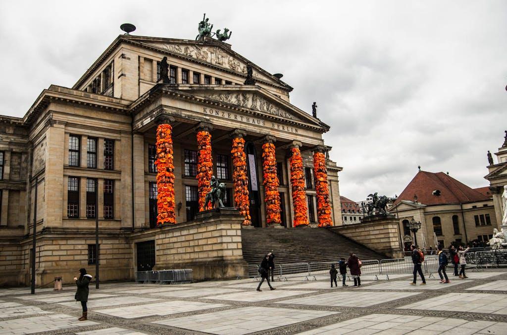 Ai Weiweis Installation #safepassage am Konzerthaus auf dem Gendarmenmarkt.