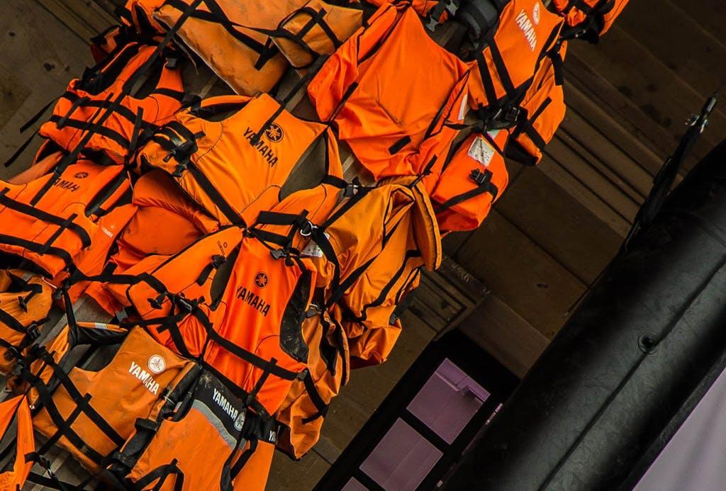 """Detailansicht von Rettungswesten aus Ai Weiweis Installation """"#safepassage"""" am Gendarmenmarkt in Berlin."""
