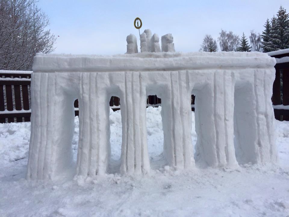 Das Brandenburger Tor aus Schnee - unser Wahrzeichen für Teilung und Einheit. Man beachte bitte die liebevoll gestalteten Details der Quadriga, inklusive Schinkels eisernem Kreuz.