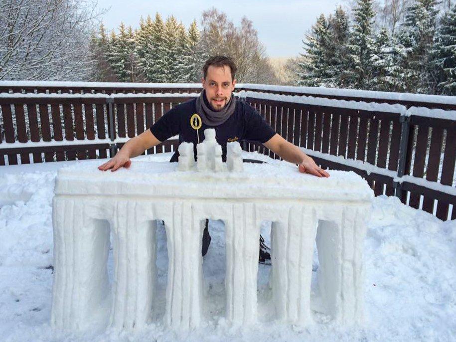 Robert mit dem Brandenburger Tor aus Schnee.