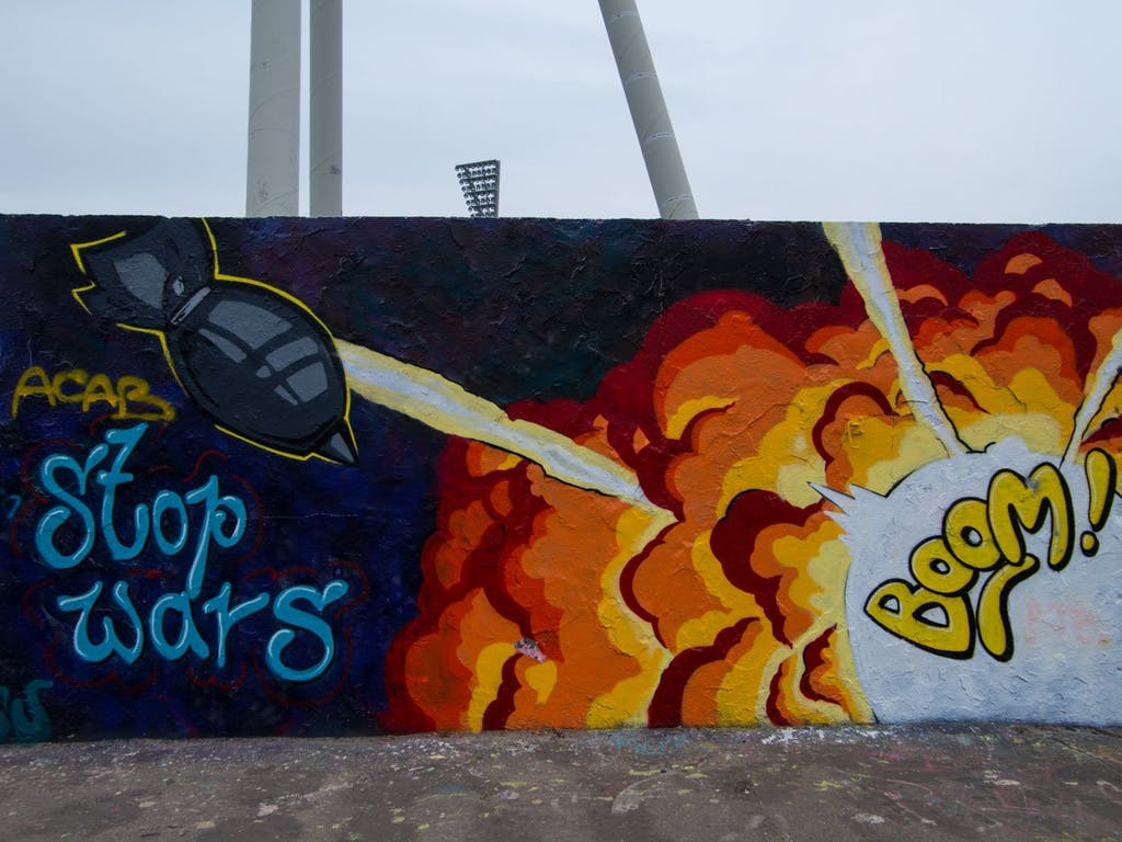 Boom! Streetart am Jahnstadion in Berlin Prenzlauer Berg.