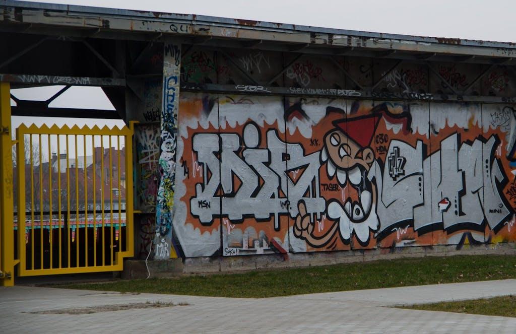 Im Friedrich-Ludwig-Jahn-Stadion selbst gibt es auch einiges an Streetart zu sehen. Das meiste allerdings deutlich langweiliger und schlechter als dieses Graffito. Das Klettern lohnt sich also in den seltensten Fällen.