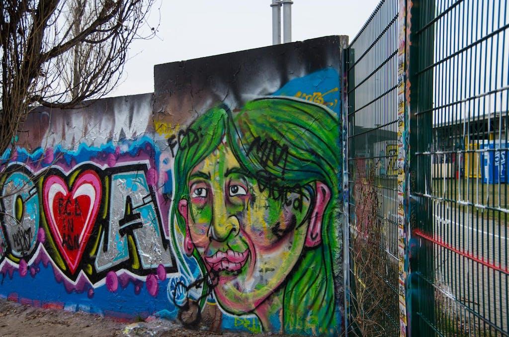 Mauerrest mit Grafitti am Mauerpark