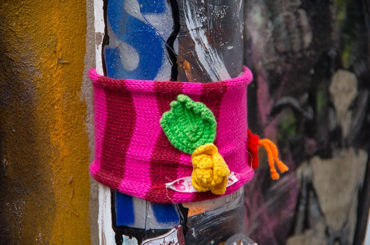 Bei näherem Hinsehen entpuppt sich dieses urban knitting werk als Werbunng für einen Woll-Laden.