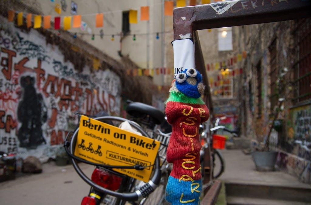 """Yarnbombing in Berlin: Ein gehäkeltes """"je suis charlie"""" im Haus Schwarzenberg in Mitte."""