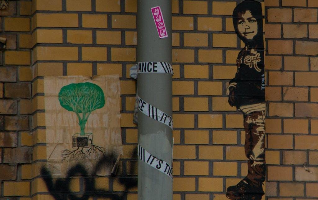 Kind von ext und ein Baum aus einem Fernseher in Berlin