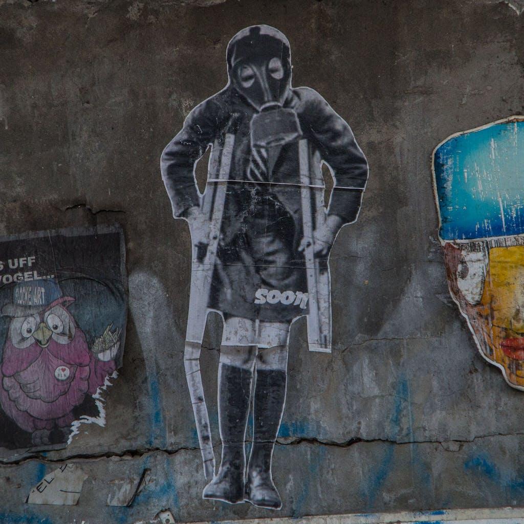 soon mit einem Kind mit Krücken und Gasmaske. Vielleicht täuscht der Eindruck aber ich habe das Gefühl, das die Berliner Streetart in den letzten 1-2 Jahren wieder deutlich gesellschaftskritischer geworden ist.