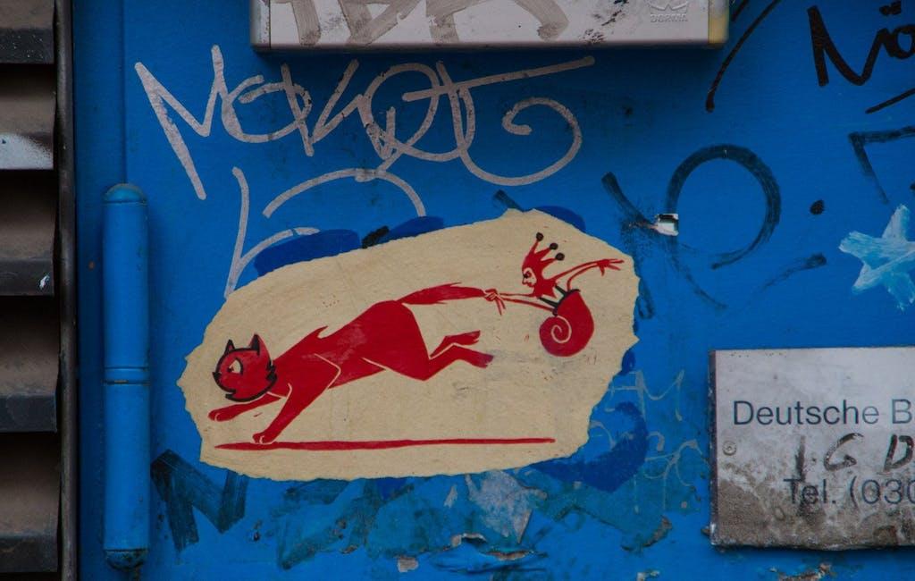 Der Narr in seinem Katzenwagen, schön künstlerisches Paste-Up aus der Dircksenstraße