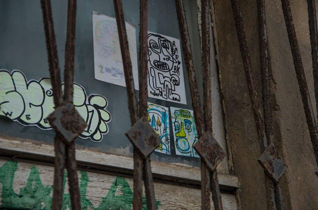 Bemalte Klebe-Etiketten sind offensichtlich auch wieder im Kommen. Kleinstformatige Streetart in der Dircksenstraße.