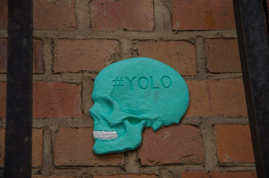 Die 3D-Tile sieht sehr professionell, beinahe industriell hergestellt aus. Falls nicht, hat sich wirklich ein Künstler krasse Arbeit für ein ziemlich unauffälliges Werk gemacht. Schädel mit dem Hashtag #YOLO in der Dircksenstraße.