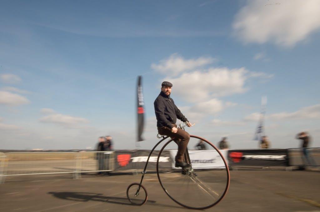 Der künftige Sieger des Hochradrennens im Rahmen der Berlin Bicycle Week ist kurz vor der Zieleinfahrt wirklich tiefenentspannt, was an einer halben Runde Vorsprung gelegen haben.