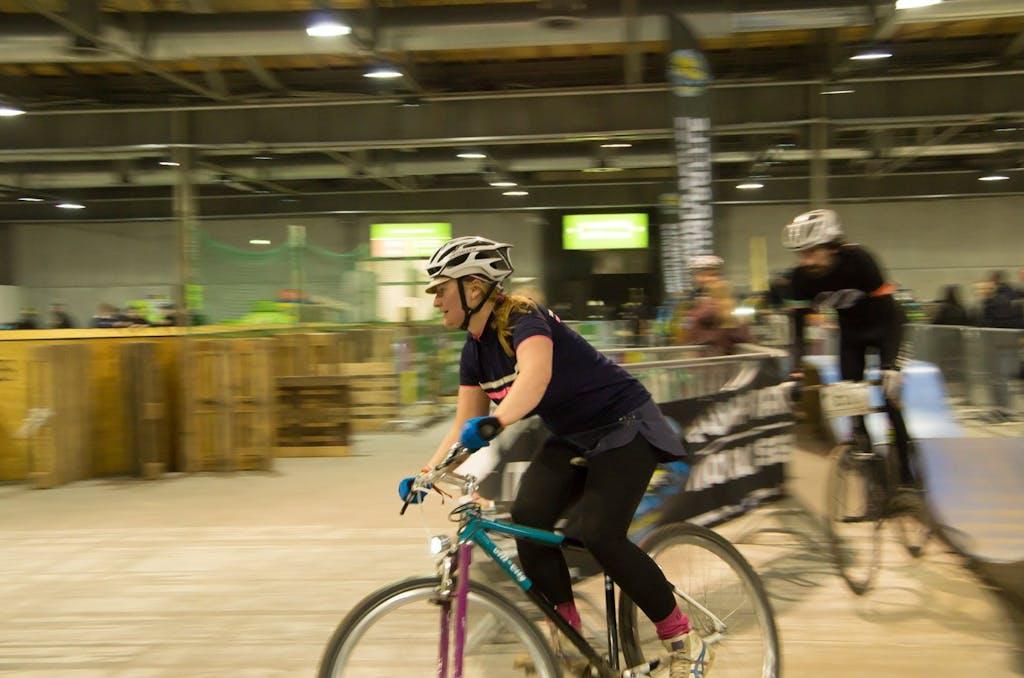 Ein Singlespeed Cyclo Cross Rennen stand bei der Berlin Bicycle Week bereits am Freitag auf dem Programm. Start und Zeil waren jeweils in einer Halle der Fahrradschau, der Rest des Parkours lief durch den Park am Gleisdreieck, gleich hinter der Station Kreuzberg.