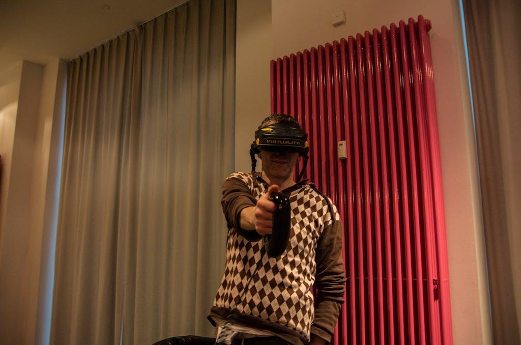 Posen mit der Virtual-Reality Maschine von W Industries. Leider zum Zeitpunkt unseres Besuches außer Betrieb - ich hätte zu gern mal wieder eine Runde Dactyl Nightmare gespielt.