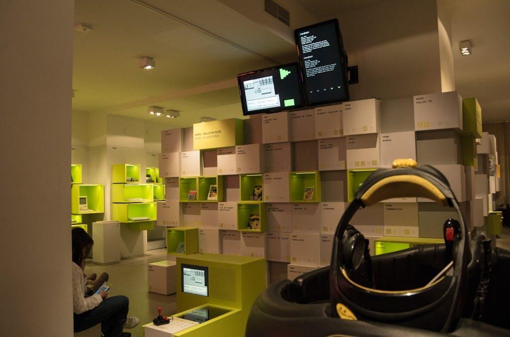 Die - nach Meinung der Museumsmacher - 5ß0 besten bzw. wichtigsten Computerspiele sind an Wall-of-Fame alle spielbar. Im Vordergrund eine Virtual Reality (VR) von W Industries aus den 90ern.