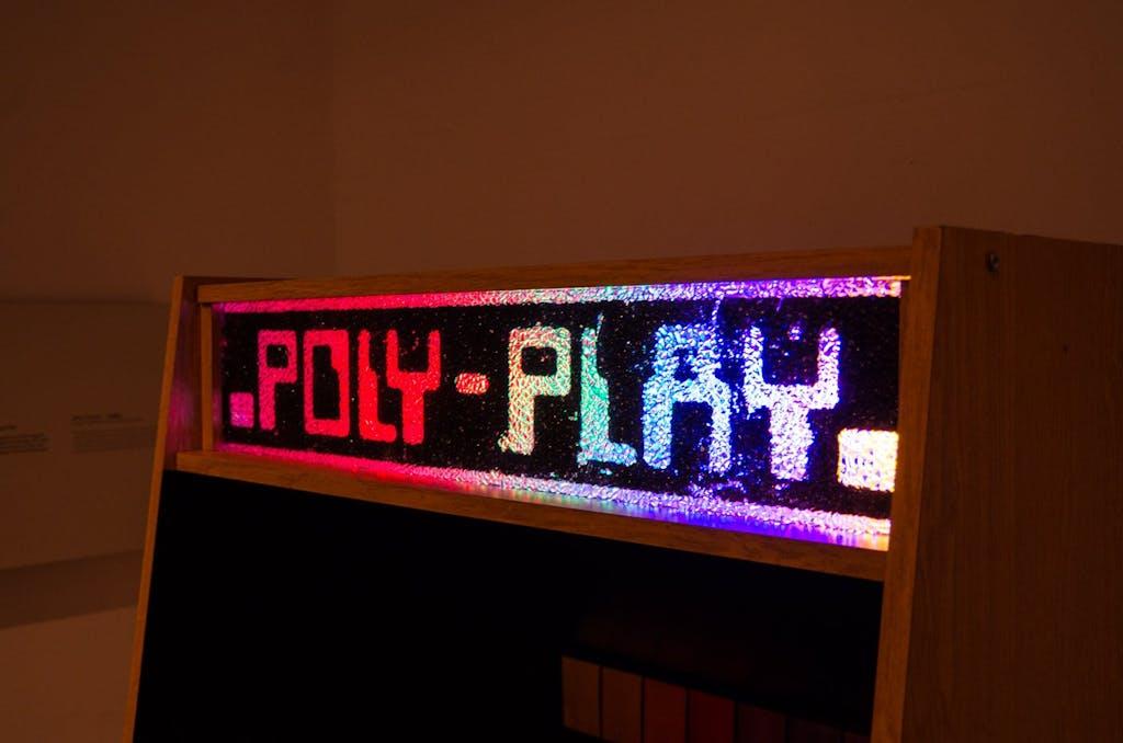 Glitzerndes aus der DDR, der Poly Play war eine Spielesammlung in der westliche Arcade-Games leicht abgewandelt unter neuem Namen den Arbeitern und Bauern der Republik den Feierabend, dialektisch einwandfrei versüßen sollte.