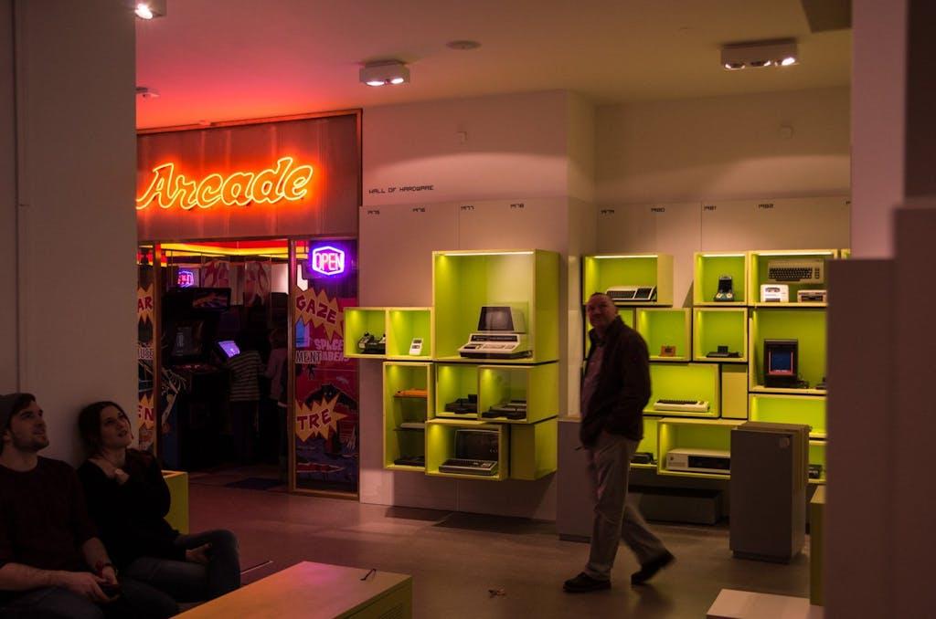 Hardware Wall-of-Fame und der Eingang zur Arcade/Spielothek im Computerspielemuseum Berlin