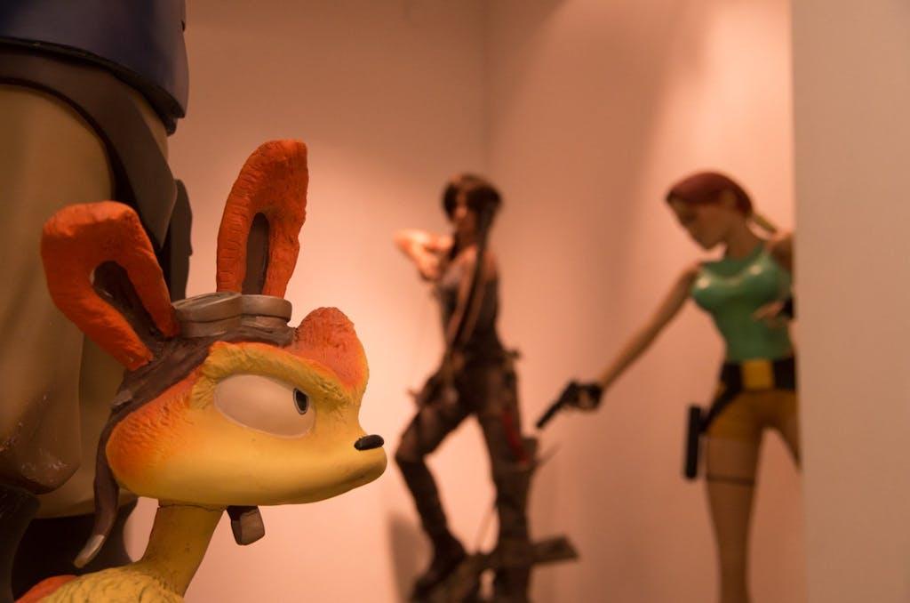 Im Eingangsbereich des Computerspielemuseums Berlin empfangen einen unter anderem Lara Croft und andere bekannte Game-Charaktere.