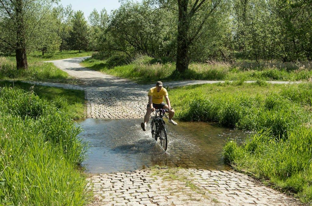 Reißende Flüsse und wilde Tiere, Brandenburg ist Abenteuerland ;-), Martin beim Durchfahren der Panke