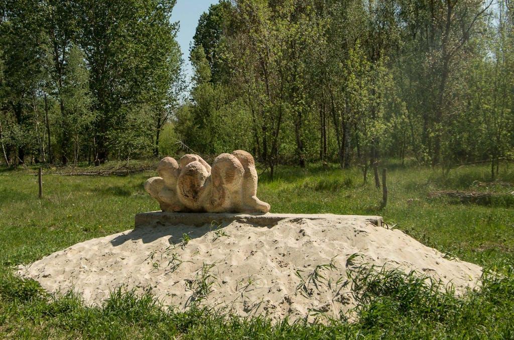 """Werk aus dem Skulpturen-Symposium """"Steine ohne Grenzen"""" nahe Hobrechtsfelde."""