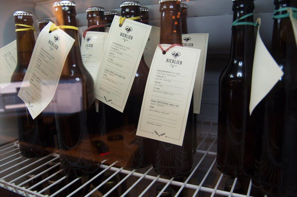 Nach dem Braukurs darf das Bier eine Weile reifen, bevor es sich die Teilnehmer gelabelt abholen können.
