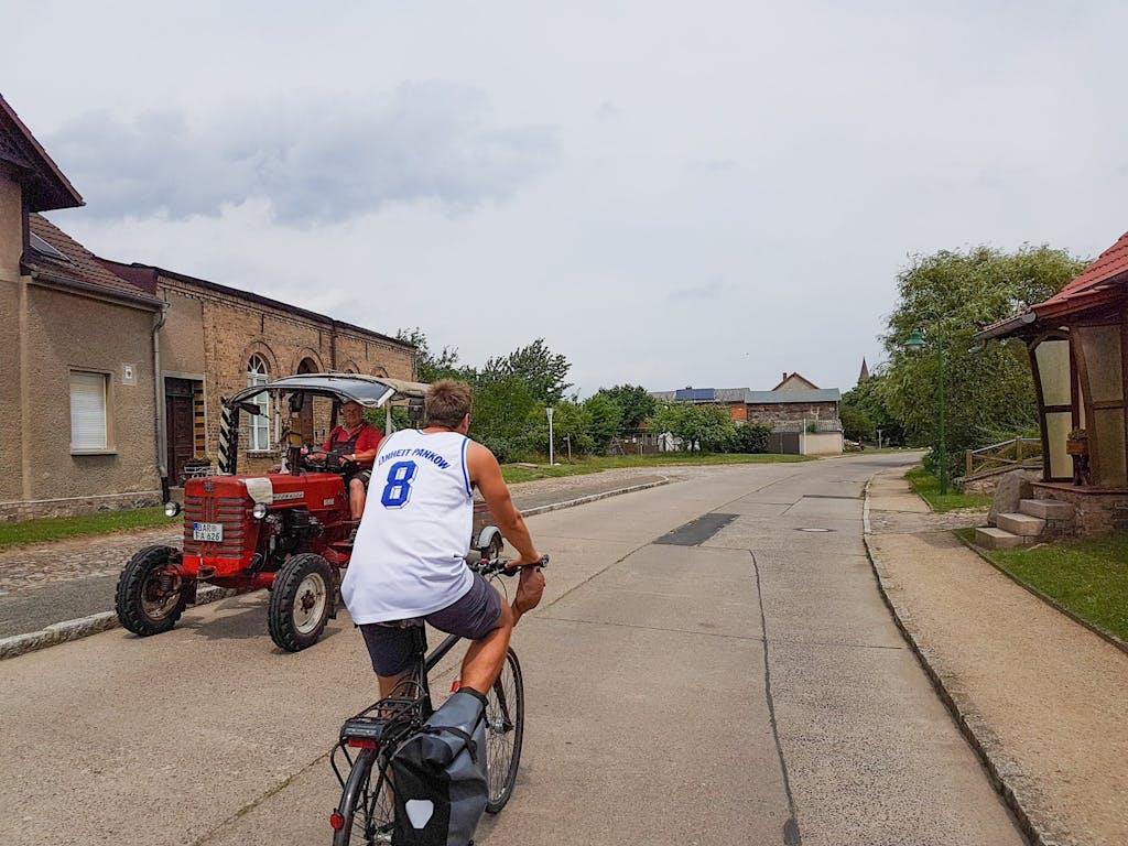 Traktor und Radfahrer in Brodowin,