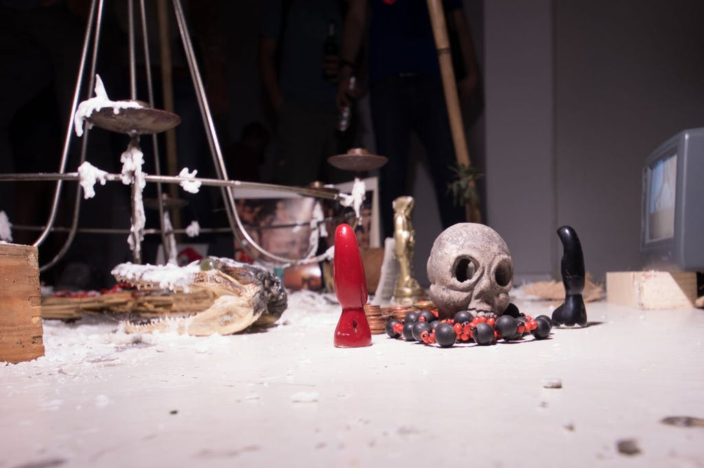 1. Stopp beim Art Spin 2016, die Galerie Savvy mit einer Ausstellung rund um das Thema Hexerei. Hier ein kleiner Schrein mit Totenkopf.
